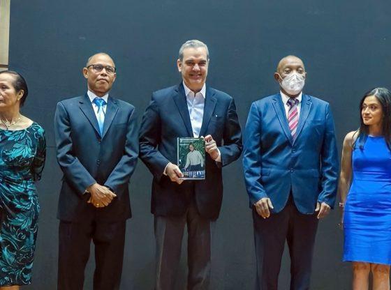 """Presidente Abinader asiste a puesta en circulación del libro """"Construyendo futuro"""""""